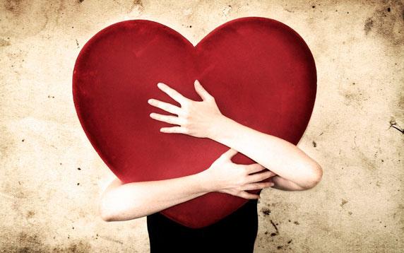 Une femme qui embrasse un grand coeur