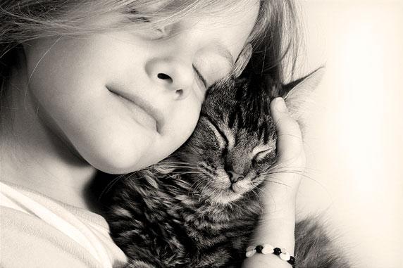 Photo d'une petite fille heureuse, avec son chat